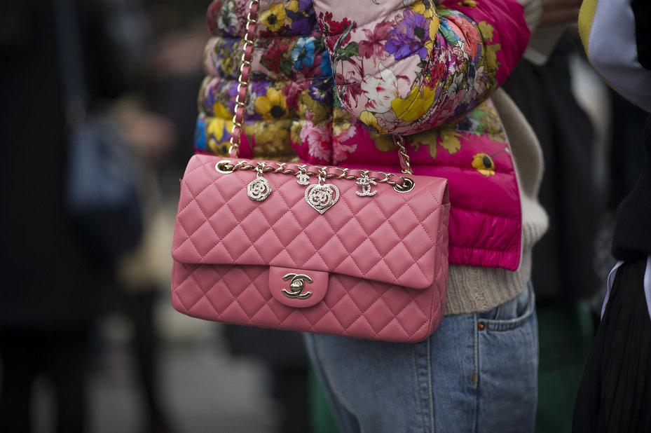 cc6f36f0ba49 Chanel 2.55 выпускаются и сейчас, имея огромное количество вариаций  расцветок, материалов и дизайна. Версии сумочек Шанель (Chanel) выходят  ограниченными ...